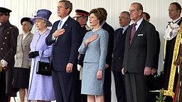 Der amerikanische Präsident George W. Bush und seine Frau Laura werden bei einem Staatsbesuch in Großbritannien von Königin Elizabeth II. und Prinz Philip empfangen © Picture-Alliance / Photoshot