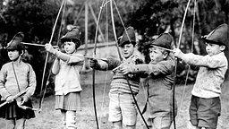 1929: Jacques de Bourbon (von rechts nach links), Prinz Philip, Teddy Culbert, Martha Robertson und Prinzessin Anne von Bourbon-Parma beim Bogenschießen  © United Archives/TopFoto