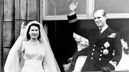 1947: Prinz Philip und seine Braut Elizabeth II. jubeln der Menge vom Buckingham Palace aus zu © picture-alliance / United Archiv Fotograf: United_Archives/TopFoto