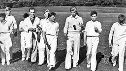 1936: Der junge Prinz Philip (mit Ball) inmitten seiner Cricket-Manschaft der Gordonstoun School. © United Archives/TopFoto