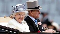2010: Königin Elizabeth II. und Prinz Philip fahren in einer Kutsche beim Pferderennen in Ascot vor. © dpa Fotograf: Alan Crowhurst
