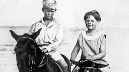 1928: Prinz Phillip bei einem Ausritt mit dem jungen König Michael von Rumänien © picture-alliance / United Archives/TopFoto Fotograf: 91050/United_Archives/TopFoto