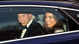 Prinz William und Kate Middleton kehren am Abend des 29. April in einem Auto von Clarence House zum Buckingham Palace zurück. © picture alliance / empics