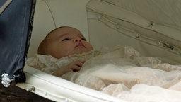 Prinzessin Charlotte liegt im Kinderwagen. © picture alliance Fotograf: Ben Kendall
