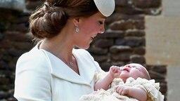 Herzogin Kate hält ihre Tochter Prinzessin Charlotte im Arm. © Picture-Alliance / Photoshot