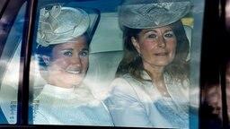 Pippa und Carole Middleton sitzen in einem Auto. © picture alliance Fotograf: Andrew Parsons