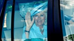 Camilla winkt aus dem Auto. © picture alliance Fotograf: Andrew Parsons