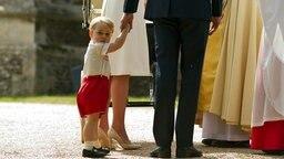 Prinz George dreht sich zu den Fotografen um. © picture alliance Fotograf: Matt Dunham