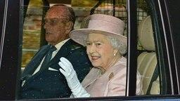 Prinz Philip und Queen Elizabeth im Auto. © picture alliance Fotograf: Andrew Parsons