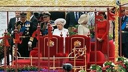Die Queen passiert während der Schiffsparade anlässlich ihres Thronjubiläums mit der königlichen Barke die Chelsea Bridge. © dpa Bildfunk Fotograf: Andy Rain
