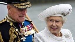 Prinzgemahl Philip und Queen Elizabeth erreichen vor der Jubiläumsparade Chelsea Pier. © Picture-Alliance / Empics Fotograf: Eddie Mulholland