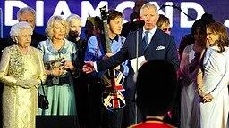 Queen Elizabeth zeigt sich zum Ende des Jubiläumskonzerts mit den Künstlern auf der Bühne. © Picture-Alliance / Empics Fotograf: Ian West