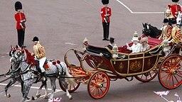 Im Landauer fährt die Queen zum Abschluss ihrer Jubiläumsfeierlichkeiten durch London. © Picture-Alliance / Zumapress Fotograf: Wang Lili