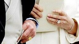 Hochzeit am 9. April 2005: Die Ringe an den Händen von Charles und Camilla © Picture-Alliance / dpa Fotograf: Andrew Parsons