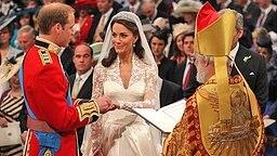Prinz William steckt Kate Middleton am 29. April 2011 am Traualtar in Westminster Abbey im Beisein des Erzbischofs von Canterbury den Trauring an den Finger. © picture alliance / empics