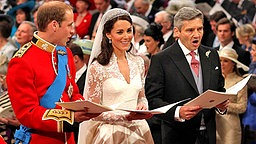 Prinz William, Kate Middleton, Vater Michael Middleton und der Erzbischof von Canterbury am 29. April 2011 am Traualtar in Westminster Abbey. © picture alliance / empics