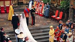 Prinz William (zw. v. r.), Kate Middleton, Vater Michael Middleton (zw. v. l.), der Erzbischof von Canterbury und Prinz William (rechts) am 29. April 2011 am Traualtar in Westminster Abbey. © dpa-Bildfunk