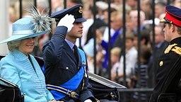 Prinz William und Prinz Harry fahren gemeinsam mit ihrer Stiefmutter Camilla, der Herzogin von Cornwall, zum Paradeplatz Horse Guards © Picture-Alliance / dpa