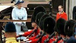 Von der Ehrentribühne aus nimmt die Queen die Militärparade Trooping the Colour ab. © Picture-Alliance / Empics Foto: John Stillwell