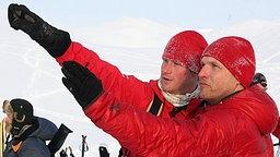 Prinz Harry (links) spricht am 29. März 2011 in der Arktis mit Teamleiter Inge Solheim. © picture alliance/empics