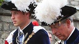 Prinz William an der Seite seines Vaters Prinz Charles auf dem Weg zu St. George's Kapelle. © Picture-Alliance / dpa