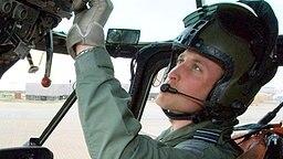 Prinz William im Cockpit eines Hubschraubers der Royal Air Force. © Picture-Alliance / dpa