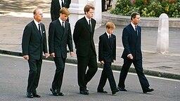 Prinz Philip (von links nach rechts), Prinz William, Charles Graf Spencer, Prinz Harry und Prinz Charles führen am 6. September 1997 den Trauerzug für die verstorbene Prinzessin Diana an © Picture-Alliance / dpa / UPPA / Photoshot