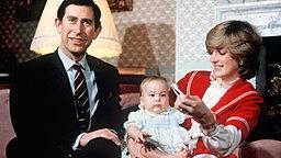 22. Dezember 1982: Prinz Charles und Prinzessin Diana präsentieren der Öffentlichkeit den sechs Monate alten Prinz William © Picture-Alliance / dpa