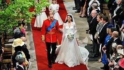 William und Kate verlassen frisch verheiratet die Westminster Abbey. © dpa / picture alliance
