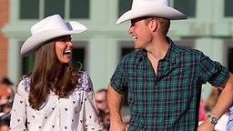 7. Juli 2011: Prinz William und Kate, beide mit Cowboy-Hüten, besuchen das kanadische Calgary. © Picture-Alliance / dpa