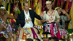 In traditionelle Südsee-Trachten gehüllt nehmen William und Kate an einer Tanz-Zeremonie auf Tuvalu teil. © Picture-Alliance / Photoshot