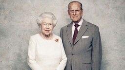 Queen Elizabeth und Prinz Philip posieren anlässlich ihres 70. Hochzeitstages für ein Porträt-Foto. © Picture-Alliance / Camera Press / AP Fotograf: Matt Holyoak