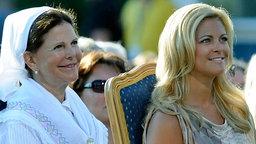 Königin Silvia und Prinzessin Madeleine von Schweden bei dem 30. Geburtstag von Victoria. © picture-alliance / IBL Schweden Foto: Karin Törnblom / IBL bildbyrå