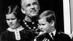 19. November 1967: Vom Balkon des Palastes aus beobachtet Albert zusammen mit Schwester Caroline und Vater Rainier III. eine Parade der monegassischen Polizei. © Picture-Alliance / dpa / Publifoto