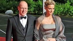 Fürst Albert mit seiner Freundin Charlene Wittstock bei der Hochzeit von Kronprinzessin Victoria und Daniel Westling in Stockholm am 19.06.2010. © dpa