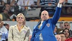 Fürst Albert und Charlene Wittstock bei der Eröffnung der Olympischen Spiele in Peking am 09.08.2008. © dpa