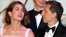 Charlotte Casiraghi  - die Tochter von Caroline von Monaco - mit dem französischen Star-Schauspieler Gad Elmaleh auf dem Rosenball 2013. © Picture-Alliance / AP Images Foto: Valerie Hache