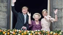 König Willem-Alexander, Beatrix und Máxima stehen winkend auf dem Balkon des Palasts. © dpa Bildfunk Fotograf: Olaf Kraak