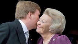 Willem-Alexander küsste seine Mutter Beatrix auf die Wange.