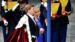 König Willem-Alexander und  Máxima auf dem Weg zu Inthronisierung in der Amsterdamer Niewe Kerk © dpa Bildfunk Fotograf: Remko de Waal
