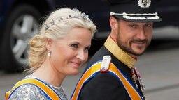 Prinzessin Mette-Marit und Prinz Haakon von Norwegen auf dem Weg zur Inthronisierung von König Willem-Alexander in der Amsterdamer Niewe Kerk. © dpa Bildfunk Fotograf: Boris Roessler