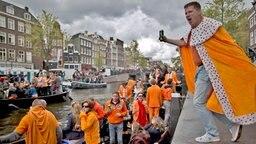Niederländer tanzen und feiern am 27.04.2017 in Amsterdam (Niederlande), am Königstag. König Willem-Alexander feiert seinen 50. Geburtstag.  © dpa-Bildfunk Fotograf: Muhammed Muheisen/AP/dpa