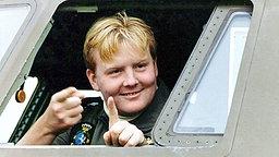 Kronprinz Willem-Alexander winkt 1993 aus dem Cockpit eines Fugzeugs © Picture-Alliance / dpa