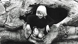 1974: Kronprinz Willem-Alexander beim Klettern in einem hohlen Baumstamm © www.koninklijkhuis.nl / RVD