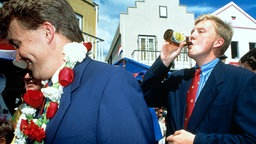 Prinz Willem Alexander gönnt sich 1992 auf den niederländischen Antillen einen Schluck Bier aus der Flasche. © dpa / Benelux Press