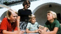 Prinz Willem Alexander (li.) 1976 mit seinen Brüdern Constantijn und Johann Friso sowie Mutter Beatrix im Urlaub in Italien. © dpa - Bildarchiv