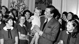 Willem Alexander als Zweijähriger auf dem Arm seines Vaters Prinz Claus © dpa - Fotoreport