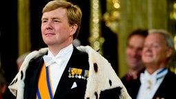 Der niederländische König Willem-Alexander mit Hermelinmantel am Tag seiner Inthronisierung © ANP