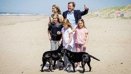 Der niederländische König Willem-Alexander und seine Frau Maxima posieren mit ihren Kindern  am Strand von Wassenaar bei Den Haag. © dpa-Bildfunk Fotograf: Koen van Weel
