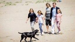 Der niederländische König Willem-Alexander und seine Frau Maxima mit ihren Kindern am Strand von Wassenaar bei Den Haag. © dpa-Bildfunk Fotograf: Robin Van Lonkhuijsen